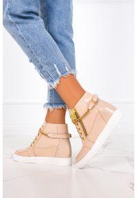 Casu - Beżowe sneakersy lakierowane z łańcuszkiem na ukrytym koturnie polska skóra casu 2351/ł. Kolor: beżowy. Materiał: skóra, lakier. Obcas: na koturnie