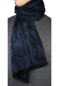Niebieski szalik Adriano Guinari na zimę