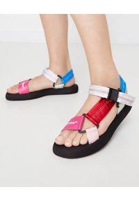OFF-WHITE - Kolorowe sandały z logo. Zapięcie: klamry. Kolor: czerwony. Materiał: guma. Wzór: kolorowy. Styl: elegancki