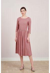 Marie Zélie - Sukienka Emelina Beatica różowa. Kolor: różowy. Materiał: wiskoza, dzianina, materiał, elastan, tkanina, guma. Styl: klasyczny. Długość: midi
