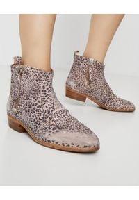 GOLDEN GOOSE - Brokatowe kowbojki w cętki Viand. Nosek buta: okrągły. Zapięcie: zamek. Kolor: czarny. Materiał: jeans, zamsz. Wzór: motyw zwierzęcy, nadruk, aplikacja. Obcas: na obcasie. Wysokość obcasa: średni