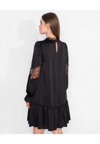 Nissa - NISSA - Czarna sukienka z aplikacją z koronki. Kolor: czarny. Materiał: koronka. Długość rękawa: długi rękaw. Wzór: aplikacja, koronka. Styl: glamour. Długość: mini