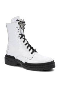 Nessi - Botki NESSI 20762 Biały 711. Okazja: do pracy, na co dzień, na spacer. Zapięcie: sznurówki. Kolor: biały. Materiał: skóra, lakier. Szerokość cholewki: normalna. Wzór: aplikacja. Sezon: jesień, zima. Styl: casual