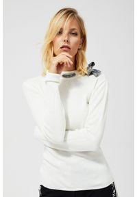 Beżowy sweter MOODO w kratkę, z kokardą, z długim rękawem