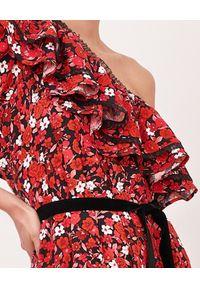 BY CABO - Kwiecista sukienka mini z falbanami MALAGA. Kolor: czarny. Materiał: materiał. Wzór: kwiaty, nadruk, aplikacja. Sezon: lato. Typ sukienki: asymetryczne, rozkloszowane. Długość: mini