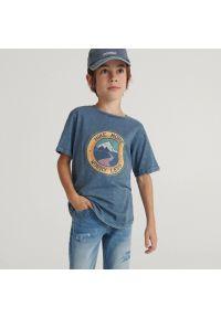 Reserved - Melanżowy t-shirt z nadrukiem - Granatowy. Kolor: niebieski. Wzór: melanż, nadruk