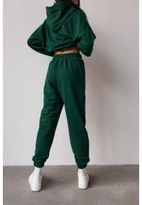 Marsala - Spodnie dresowe typu jogger w kolorze DEEP FOREST GREEN - DISPLAY BY MARSALA. Stan: podwyższony. Materiał: dresówka. Styl: elegancki