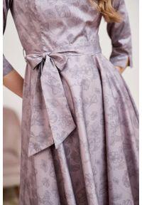 Marie Zélie - Sukienka Alana Tarsia beżowa. Typ kołnierza: kokarda. Kolor: beżowy. Materiał: bawełna, satyna, skóra, materiał. Styl: wizytowy, elegancki