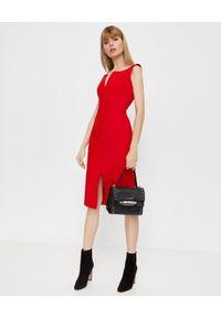 Alexander McQueen - ALEXANDER MCQUEEN - Czerwona sukienka midi. Kolor: czerwony. Materiał: jedwab, wełna. Typ sukienki: kopertowe. Styl: elegancki, rockowy. Długość: midi