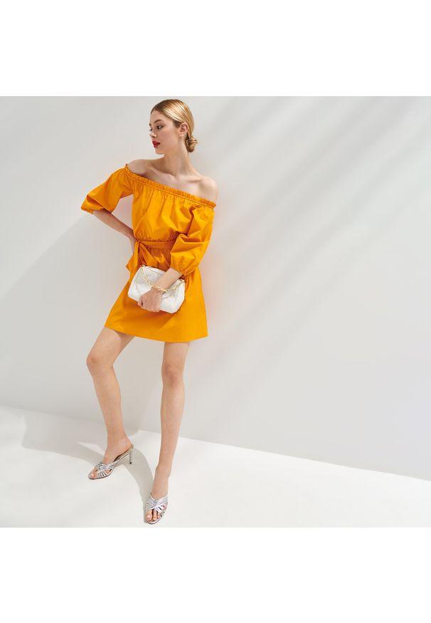 Mohito - Sukienka hiszpanka Eco Aware - Pomarańczowy. Typ kołnierza: dekolt hiszpanka. Kolor: pomarańczowy