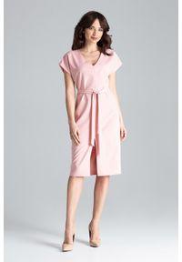 Lenitif - Elegancka sukienka z kimonowym rękawem i paskiem różowa. Okazja: do pracy, na co dzień. Kolor: różowy. Długość rękawa: krótki rękaw. Typ sukienki: proste. Styl: elegancki