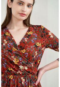 Marie Zélie - Sukienka Rita Lucida czerwona. Typ kołnierza: dekolt kopertowy. Kolor: czerwony. Materiał: wiskoza, dzianina, materiał, elastan, tkanina. Długość rękawa: krótki rękaw. Wzór: kwiaty. Typ sukienki: proste, kopertowe