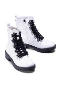 Białe buty trekkingowe Guess z aplikacjami