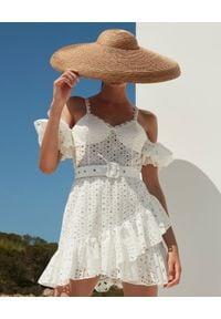 CHARO RUIZ IBIZA - Biała sukienka mini Denisse. Kolor: biały. Materiał: koronka. Długość rękawa: na ramiączkach. Wzór: ażurowy. Sezon: lato. Typ sukienki: dopasowane. Długość: mini