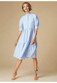 Niebieska sukienka z falbankami, klasyczna