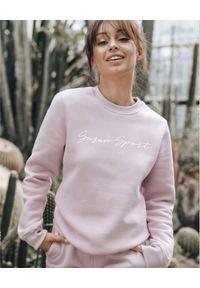 SUSAN SWIMWEAR - Różowa bluza z haftowanym logo. Okazja: na co dzień. Typ kołnierza: bez kaptura. Kolor: różowy, wielokolorowy, fioletowy. Materiał: bawełna, dresówka, tkanina, poliester. Długość rękawa: długi rękaw. Długość: długie. Wzór: haft. Styl: sportowy, casual