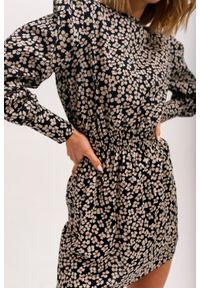 Marsala - Sukienka z odcięciem w pasie w kolorze ciemny granat w kwiaty - PUENTE BY MARSALA. Materiał: tkanina, wiskoza. Długość rękawa: długi rękaw. Wzór: kwiaty. Sezon: jesień, lato, zima. Typ sukienki: koszulowe, dopasowane. Długość: mini