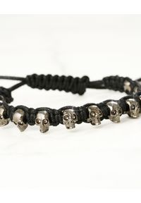 Alexander McQueen - ALEXANDER MCQUEEN - Czarna bransoletka z czaszkami. Materiał: z mosiądzu. Kolor: czarny