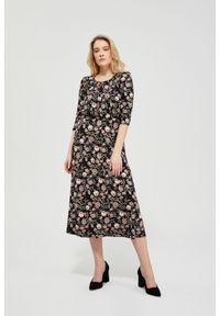 MOODO - Sukienka z nadrukiem w kwiaty. Materiał: poliester, dzianina, guma, elastan. Wzór: kwiaty, nadruk. Typ sukienki: baskinki, trapezowe. Styl: elegancki