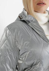 Born2be - Srebrna Kurtka Voloe. Typ kołnierza: kołnierzyk stójkowy. Kolor: srebrny. Materiał: tkanina, lakier. Długość rękawa: długi rękaw. Długość: długie. Wzór: aplikacja