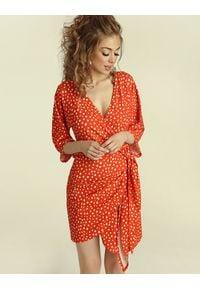 Madnezz - Sukienka Chilena mini - carnaval print. Materiał: elastan, wiskoza. Wzór: nadruk. Typ sukienki: kopertowe. Długość: mini