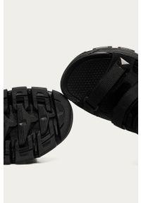 Czarne sandały CATerpillar gładkie, na obcasie