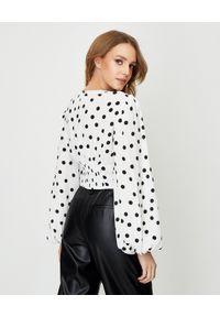 AGGI - Biała bluzka w grochy Alicia. Typ kołnierza: dekolt w kształcie V. Kolor: biały. Materiał: tkanina, wiskoza. Długość: długie. Wzór: grochy. Styl: retro