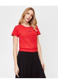 LA MANIA - Krótki czerwony t-shirt Zion. Okazja: na co dzień. Kolor: czerwony. Materiał: bawełna. Długość: krótkie. Styl: klasyczny, sportowy, casual