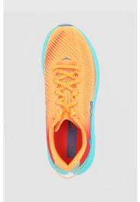 Hoka One One - Buty Rincon 3. Nosek buta: okrągły. Zapięcie: sznurówki. Kolor: pomarańczowy. Wzór: geometria. Sport: bieganie