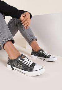 Renee - Czarne Trampki Prisnore. Wysokość cholewki: przed kostkę. Nosek buta: okrągły. Kolor: czarny. Materiał: materiał, guma. Szerokość cholewki: normalna. Wzór: napisy, aplikacja, nadruk
