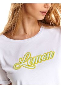 TOP SECRET - T-shirt z neonowym napisem. Kolor: biały. Materiał: bawełna. Długość rękawa: krótki rękaw. Długość: krótkie. Wzór: napisy. Sezon: lato. Styl: klasyczny