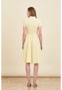 Marie Zélie - Sukienka Polo marszczona jasnożółta krótki rękaw. Okazja: na co dzień, do pracy. Typ kołnierza: polo. Kolor: żółty. Materiał: dzianina, materiał, bawełna. Długość rękawa: krótki rękaw. Typ sukienki: sportowe, proste. Styl: casual, wakacyjny, klasyczny, sportowy