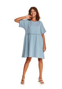 TOP SECRET - Luźna sukienka z miękkiej dzianiny. Okazja: do pracy, na co dzień. Kolor: niebieski. Materiał: dzianina. Długość rękawa: krótki rękaw. Sezon: jesień. Styl: casual