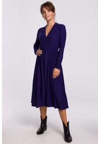 e-margeritka - Sukienka midi rozkloszowana z dekoltem V indygo - 38. Typ kołnierza: dekolt w serek. Materiał: dzianina, materiał, poliester, bawełna, elastan. Styl: elegancki. Długość: midi