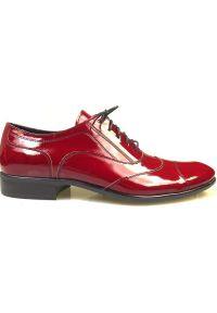 Czerwone lakierkowane obuwie męskie Faber - Austerity T19. Kolor: czerwony. Materiał: skóra. Styl: wizytowy, klasyczny