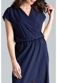 Lenitif - Długa asymetryczna sukienka na gumce kopertowy dekolt granatowa. Typ kołnierza: dekolt kopertowy. Kolor: niebieski. Typ sukienki: kopertowe, asymetryczne. Długość: maxi