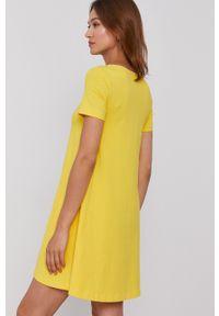 United Colors of Benetton - Sukienka. Kolor: żółty. Materiał: dzianina. Długość rękawa: krótki rękaw. Wzór: gładki. Typ sukienki: rozkloszowane