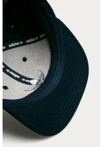 Niebieska czapka z daszkiem adidas Originals z aplikacjami