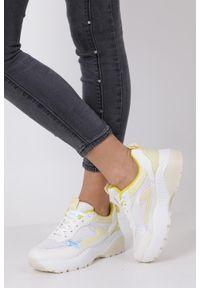Casu - Białe buty sportowe sneakersy sznurowane casu 7-k662d. Kolor: biały, żółty, wielokolorowy. Materiał: skóra ekologiczna, materiał. Szerokość cholewki: normalna. Sezon: wiosna