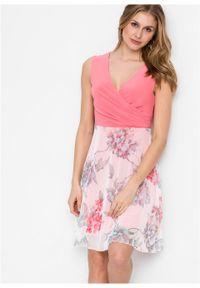 Sukienka z częścią spódnicową z siatkowego materiału z nadrukiem bonprix koralowo-biel wełny w kwiaty. Kolor: różowy. Materiał: materiał, wełna. Wzór: kwiaty, nadruk. Typ sukienki: kopertowe