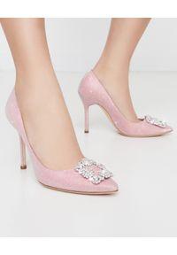 MANOLO BLAHNIK - Różowe szpilki Hangisi z brokatem. Zapięcie: klamry. Kolor: różowy, wielokolorowy, fioletowy. Materiał: tiul, jedwab. Wzór: aplikacja. Obcas: na szpilce. Wysokość obcasa: średni