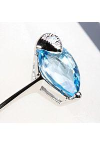 Braccatta - SKRYWANE PRAGNIENIA Srebrny pierścionek niebieski topaz delikatny. Materiał: srebrne. Kolor: srebrny, niebieski, wielokolorowy. Kamień szlachetny: topaz