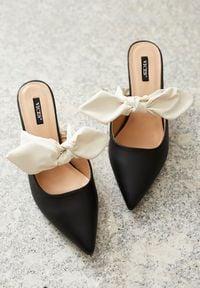 Born2be - Czarne Klapki Reminiscence. Nosek buta: szpiczasty. Kolor: czarny. Wzór: gładki, aplikacja. Obcas: na obcasie. Styl: wizytowy, elegancki. Wysokość obcasa: niski