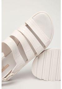Białe sandały melissa na klamry, na platformie, na średnim obcasie