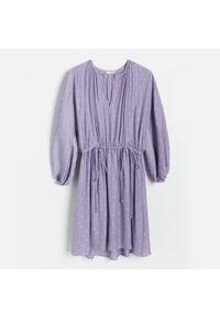 Reserved - Sukienka w groszki - Fioletowy. Kolor: fioletowy. Wzór: grochy