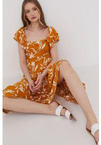 Żółta sukienka Answear Lab prosta, wakacyjna, z dekoltem typu hiszpanka, w kwiaty