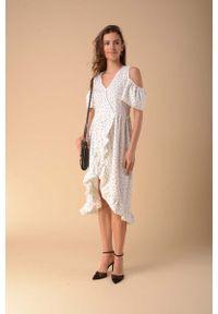 Nommo - Kopertowa Sukienka z Wycięciem na Ramionach - Kropki. Materiał: wiskoza, poliester. Wzór: kropki. Typ sukienki: kopertowe