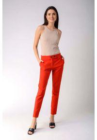 Nommo - Czerwone Klasyczne Spodnie Cygaretki z Ozdobnym Zapięciem. Kolor: czerwony. Materiał: wiskoza, poliester. Styl: klasyczny