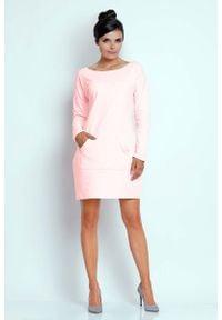 Nommo - Jasnoróżowa Prosta Dresowa Sukienka z Kieszenią Kangurką. Kolor: różowy. Materiał: dresówka. Typ sukienki: proste