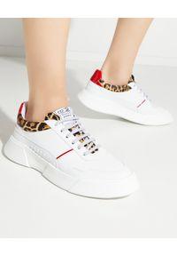 PREMIUM BASICS - Białe sneakersy Leo. Kolor: biały. Materiał: dresówka, poliester, lakier, jeans. Szerokość cholewki: normalna. Wzór: motyw zwierzęcy, nadruk, aplikacja